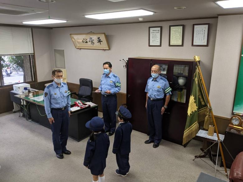 向日町警察から秋の交通安全隊長に園児2名任命されました。